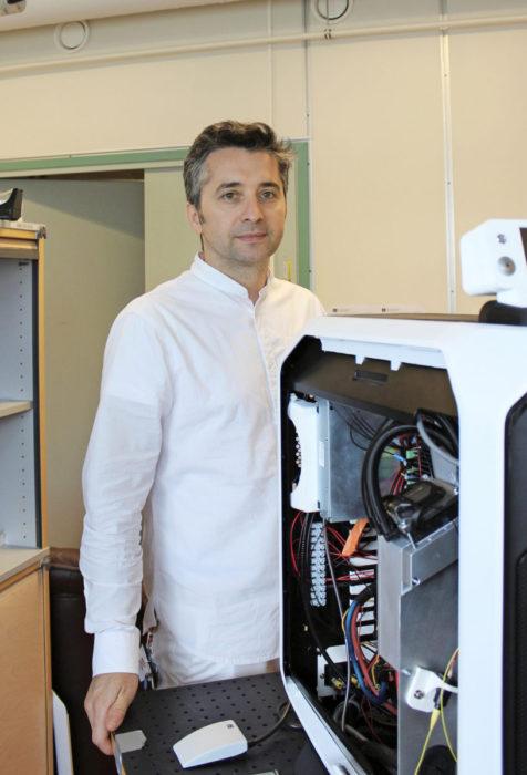 Professori Mircea Guina on kehittänyt tutkimusryhmänsä kanssa materiaalin, jonka avulla voidaan tuottaa keltaista laservaloa. Sama materiaali voi myös vastaanottaa valoa.