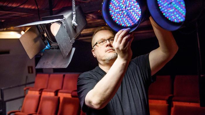 Näyttämötaide on kiinnostanut  Jorma Tapolaa aina. Nyt into kohdistuu  valaistussuunnitteluun.