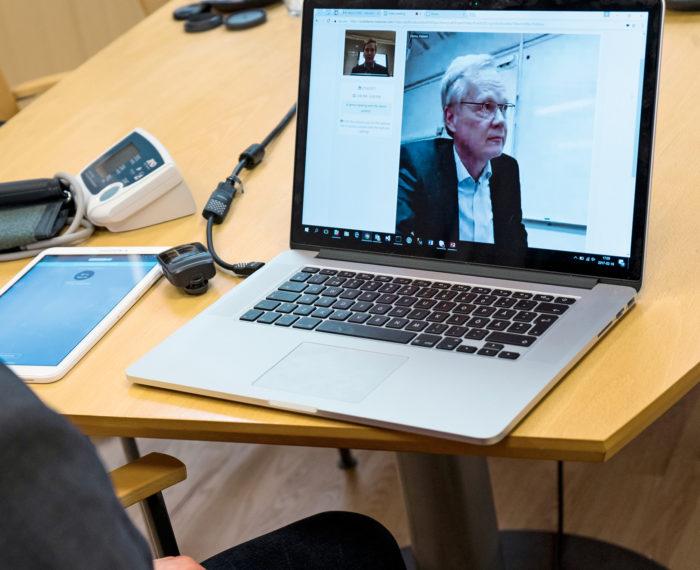 Lääkärin vastaanotolla olohuoneessa. Medixinen Tapio Jokinen havainnollistaa, miltä videovastaanotto näyttää.