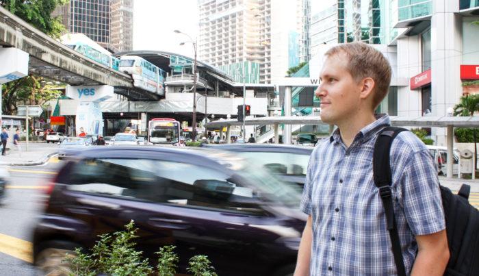 – Paikallinen liikennekulttuuri saattaa välillä ihan hirvittää, Juho Kujanpää sanoo.  – Turvavöitä ei välttämättä käytetä laisinkaan, ja lapset voivat seisoa autoissa penkkien välissä tai olla mopon kyydissä ilman kypärää.