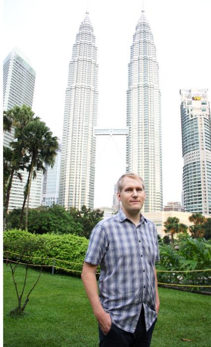 Vuonna 1998 valmistuneet  452 metriä  korkeat pilvenpiirtäjät, Petronas Twin Towers, ovat Kuala Lumpurin tunnetuin maamerkki.