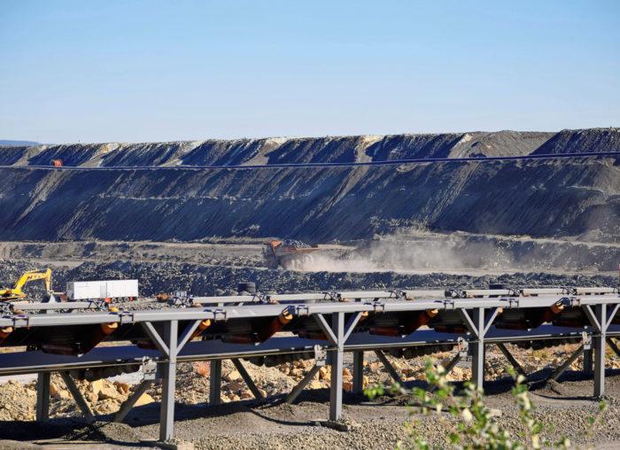 Talvivaaran kaivoksessa nikkelin bioliuotus tapahtuu valtavissa rikastekasoissa taivasalla, Matti Lampisen tutkima reaktoriliuotus taas tapahtuu hallituissa olosuhteissa suurissa säiliöissä. – Reaktoriliuotuksessa ei ole mitään luonnon tuomia kysymysmerkkejä. Kuva: Talvivaara
