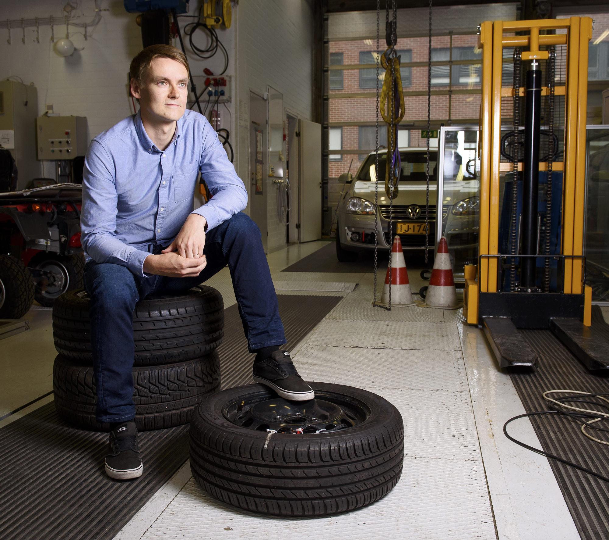 – Muun muassa italialaiset ja japanilaiset rengasvalmistajat ovat hyödyntäneet kiihtyvyys-antureita rengastutkimuksessaan, Arto Niskanen kertoo.