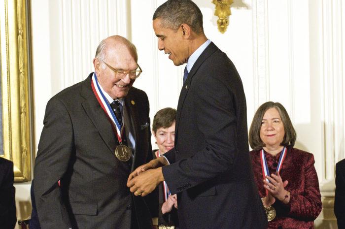 Presidentti Obama myönsi pikaliiman keksijä Cooverille vuonna 2009 National Medal of  Technology and Innovation -palkinnon.
