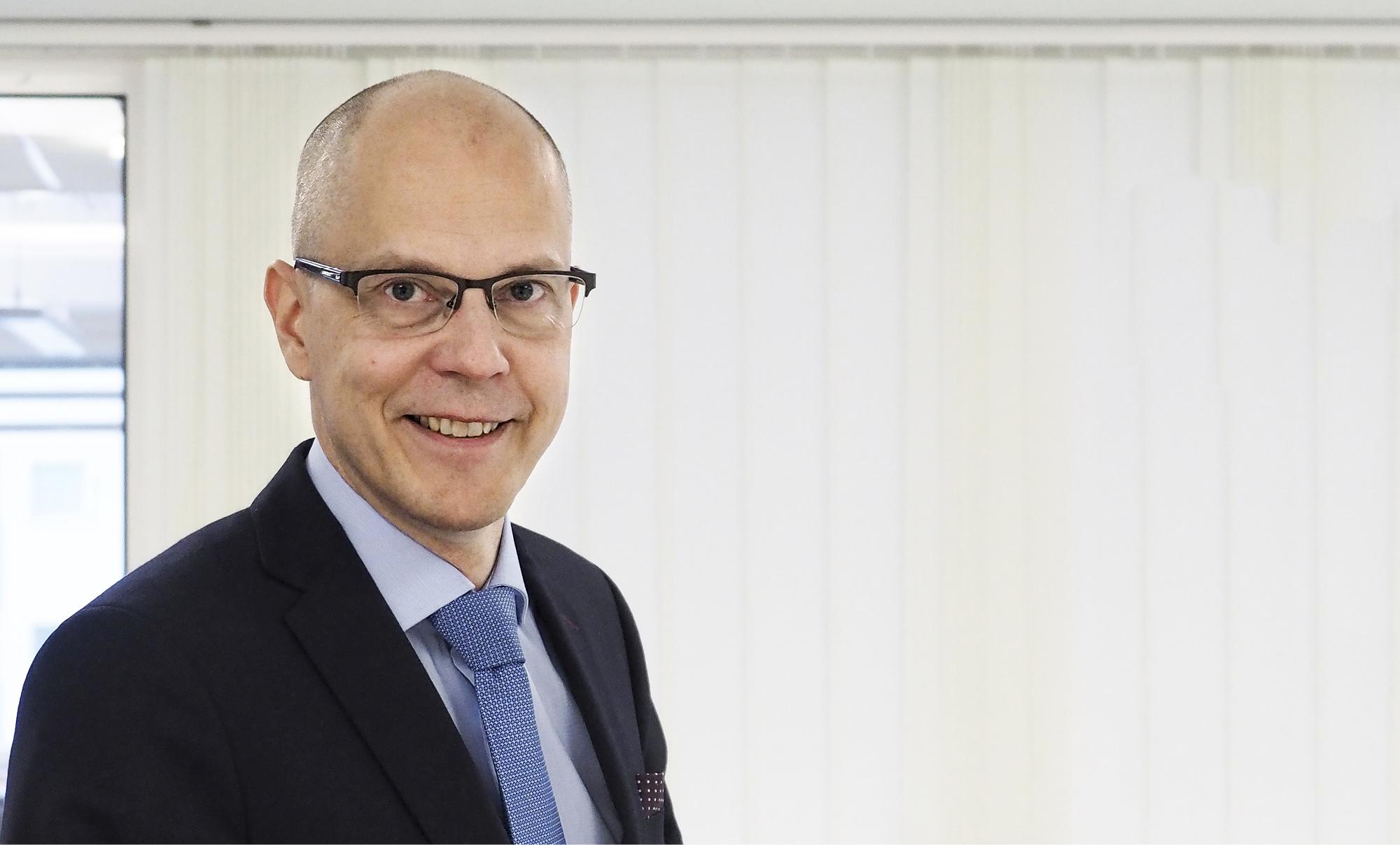 Teemu  Hankamäki seuraa YTN:n puheenjohtajan tehtävässä TEKin toiminnanjohtaja Heikki Kauppia.