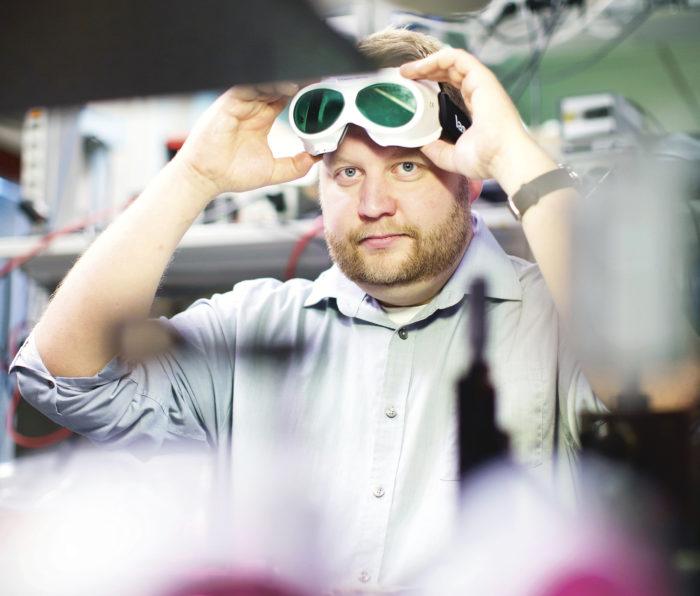 Jari Nikkisen tutkimustyö laajentaa Raman-spektroskopian käyttömahdollisuuksia. Esimerkiksi aidon Extra Virgin -laatuisen oliiviöljyn erottaminen halvasta väärennöksestä onnistuu uudella aikaikkunointitekniikalla, joka on immuuni monissa materiaaleissa esiintyvälle fluoresenssi-ilmiölle.