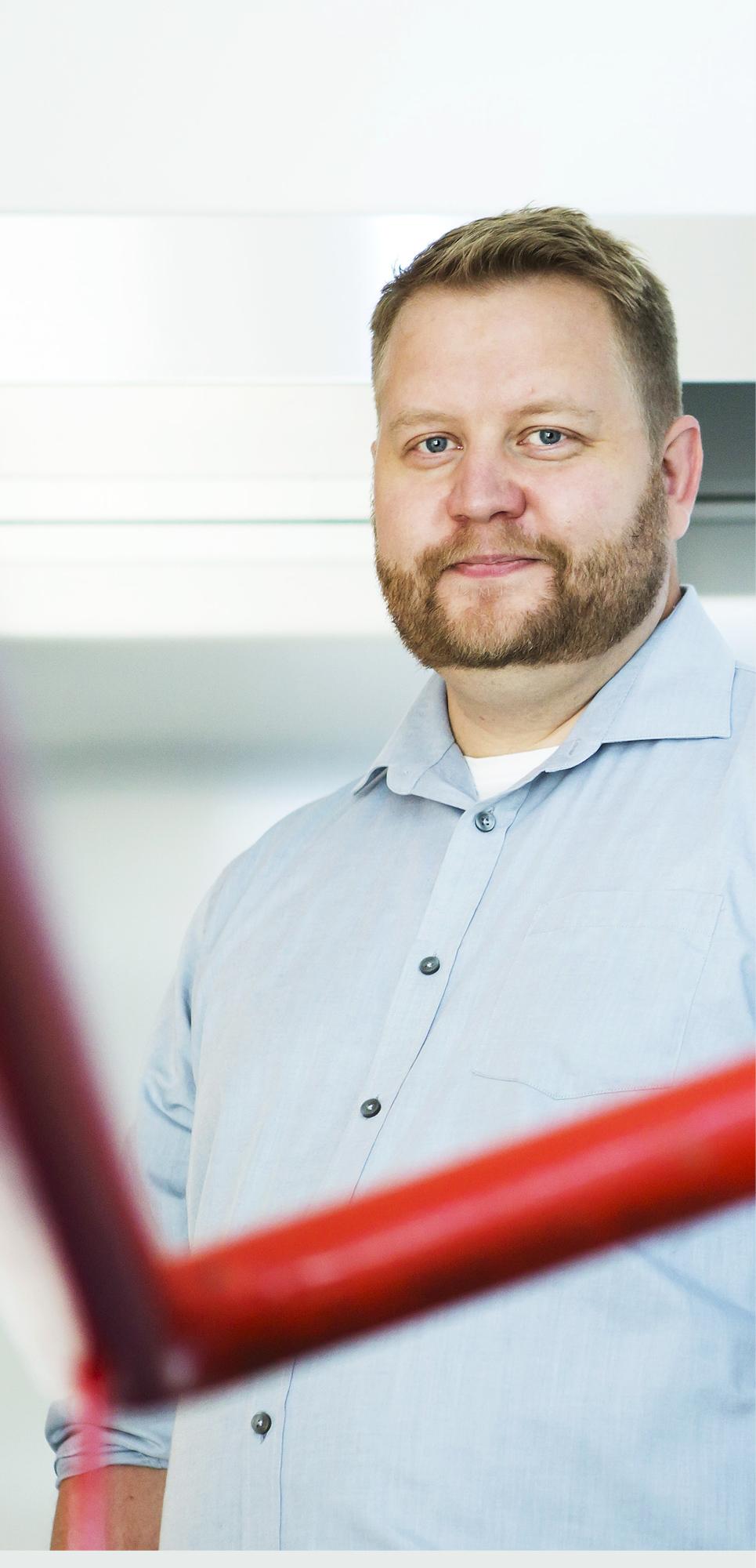 Jari Nikkinen onnistui väitöstyössään yhdistämään laserin komponentit, päävalonlähteen, Q-kytkimen, vahvistimen sekä kaksi eri taajuusmuunnostapaa hyvin toimivaksi kokonaisuudeksi.