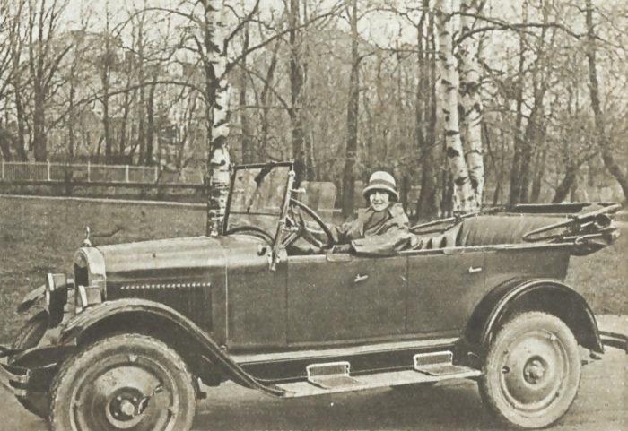 Kuva Suomen Kuvalehti 20/1925  Autoilevat naiset olivat uutisaihe  Suomessa 1920-luvulla.  Nyt samasta  aiheesta uutisoidaan Saudi-Arabiassa.
