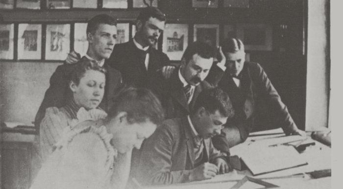 Suomen Polyteknillisen opiston opiskelijoita vuosina 1893–1894. Vasemmalla ensimmäisen vuosikurssin oppilas Wivi Lönn, edessä Bertha Enwald ja Henrik O. Kuhlefelt, keskellä Lars Sonck. Enwald oli ensimmäinen nainen, joka liittyi teknilliseen yhdistykseen. Lönnista ja Sonckista tuli suomalaisia arkkitehtisuuruuksia. Kuva Teoksesta Tampereen jugend, 1982