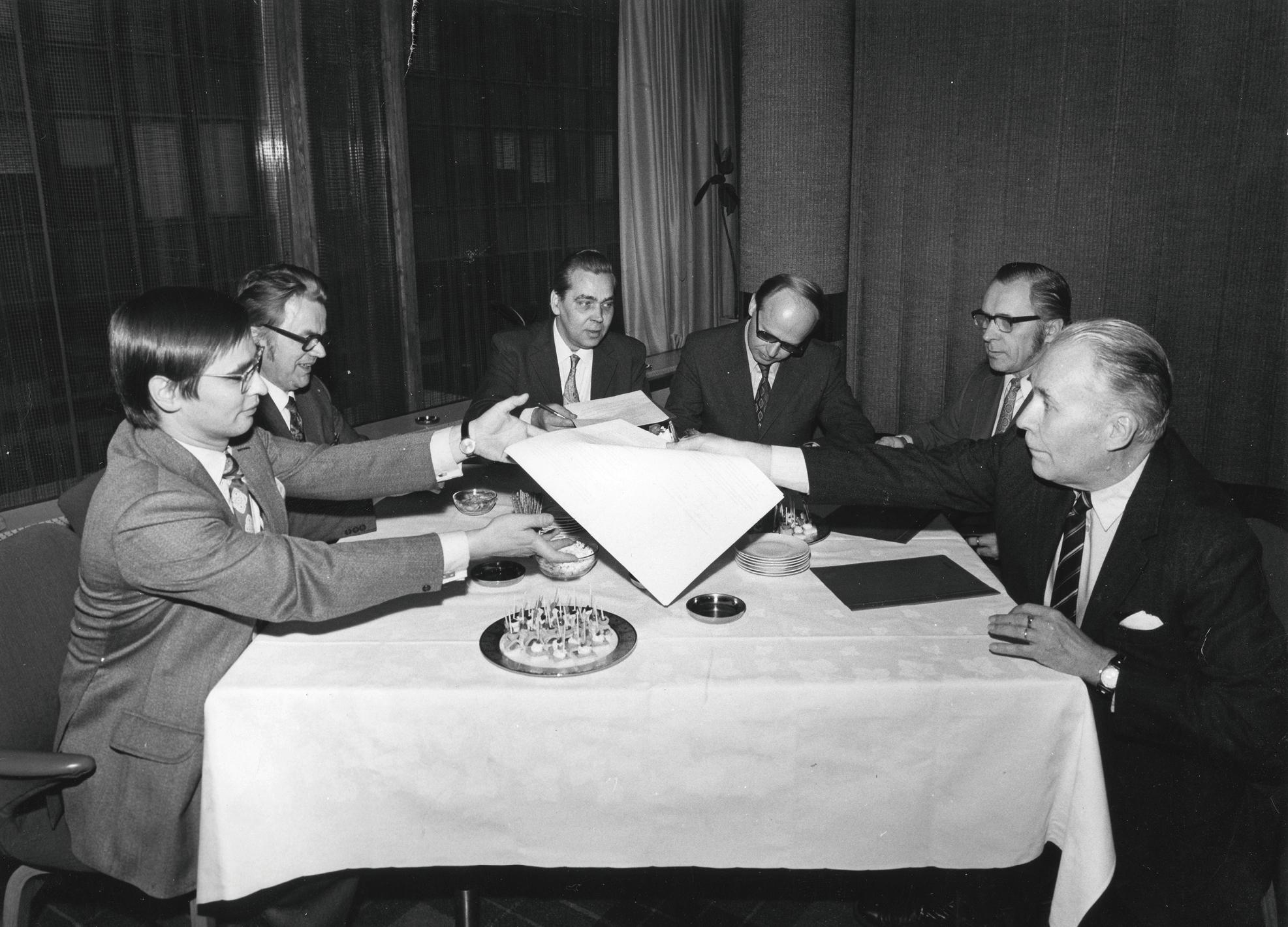 YTN:n perustamisasiakirja allekirjoitettiin 15.10.1973. Allekirjoittajat vasemmalta Alari Kujala ja Aimo Puromäki KALista. Aulis Eskola ja Unto Rissanen Akavasta sekä Pauli Aitokallio ja Jaakko Liede Insinööriliitosta.