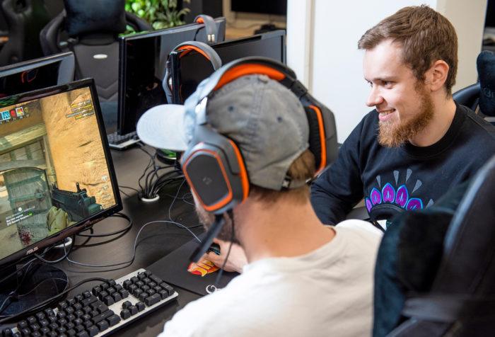 Monen nuoren aikuisen suosikkikanava ei ole MTV tai Eurosport, vaan striimauspalvelu Twitch.– Siinä yhdistyvät passiiviseksi mielletty tv:n katsominen ja interaktiiviset pelit. Twitch on myös sosiaalinen media.