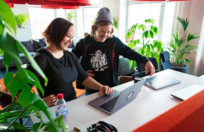 Vincit otti käyttöön avoimen palkkamallin ja palkkaviikot, koska työntekijät kaipasivat lisää tietoa ja perusteita omalle palkalleen. Yrityksen palkka-aiheinen Slack-kanava käy palkkaviikkojen aikana kuumana. Koneen ääressä ovat Hissu Hyvärinen ja Eero Tiilikainen.