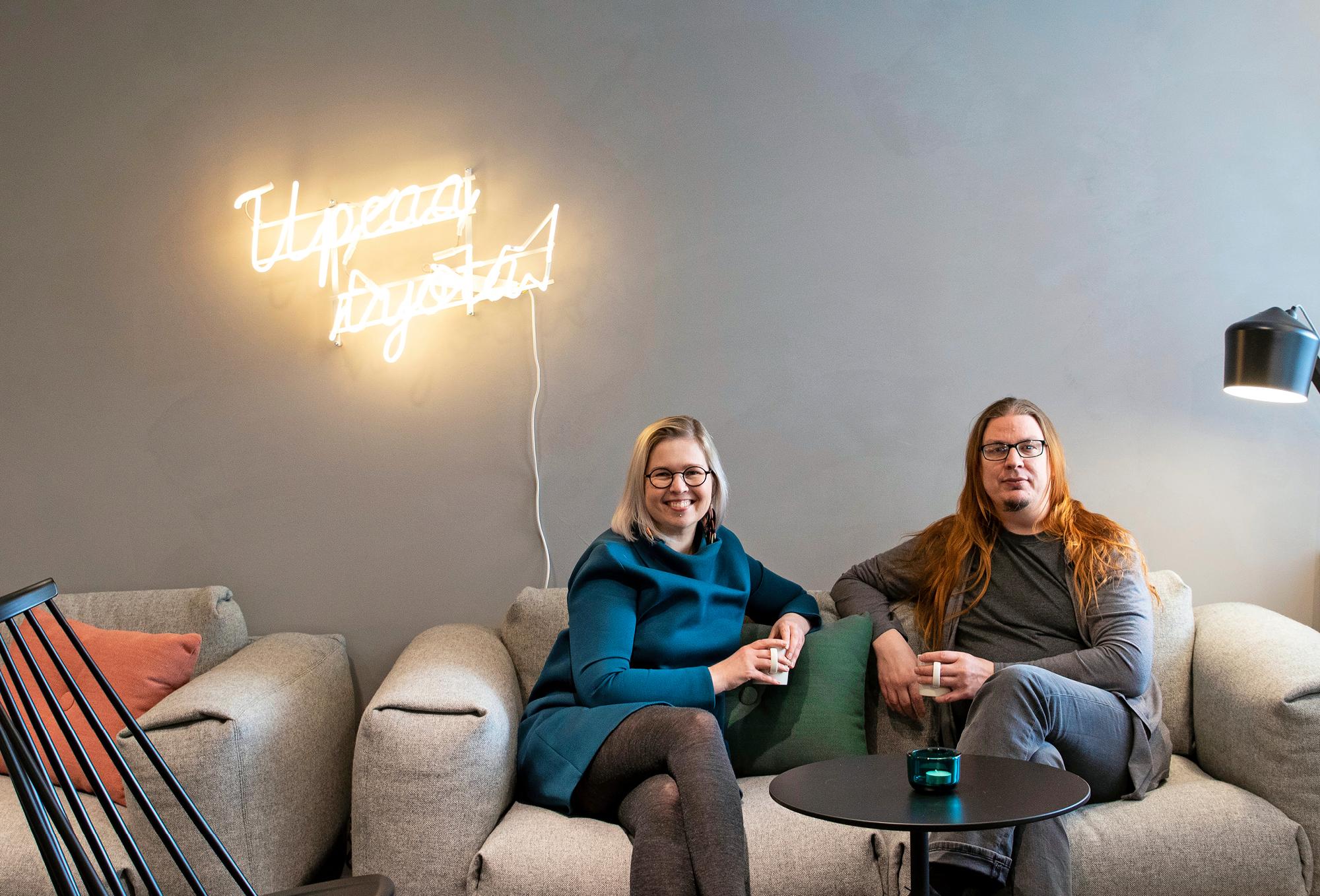 Bitti vinossa <3 -podcastin juontajat Laura Snellman-Junna ja Mikko Särelä.